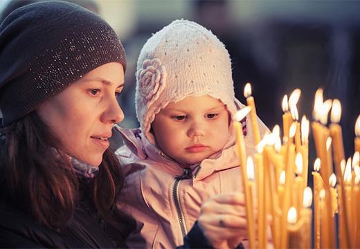 девушка с ребенком в церкви