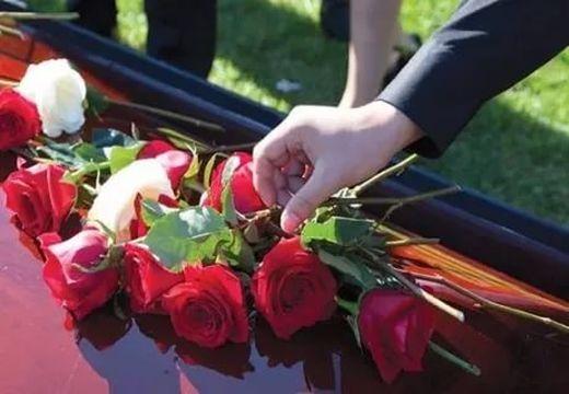 красные розы на гробу