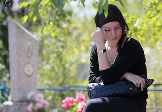 женщина плачет на кладбище