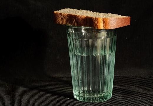стакан с водкой и хлебом