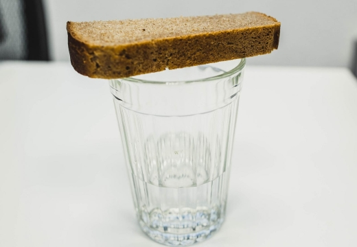 стакан водки накрытый хлебом