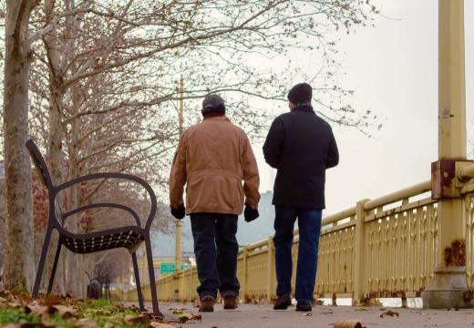 двое мужчин гуляют