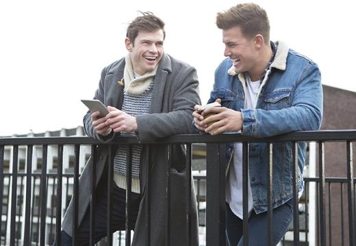 двое мужчин смеются