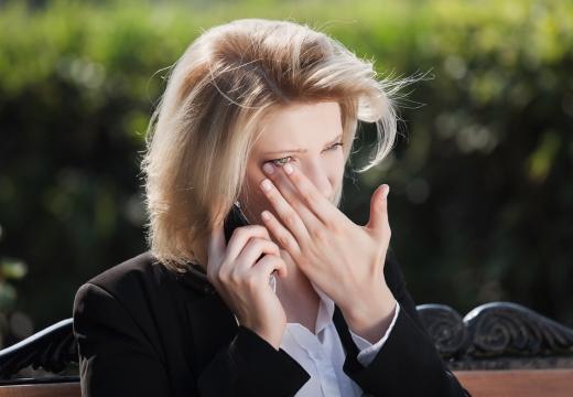 женщина с телефоном плачет