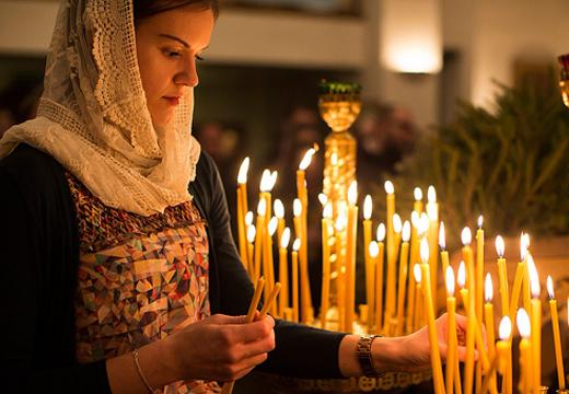 Девушка ставит свечи