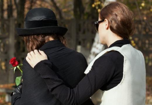 утешать женщину в трауре