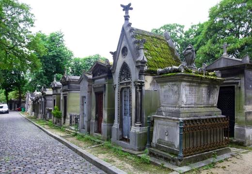 склепы на кладбище