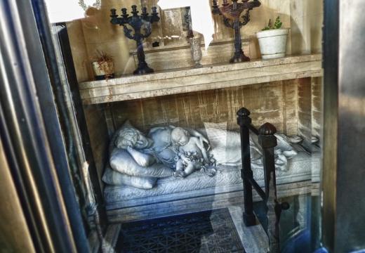 скульптура внутри склепа