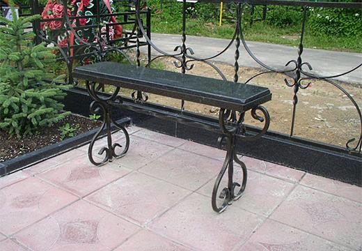 скамейка у могилы