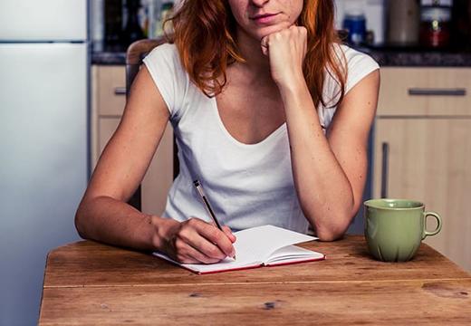 Девушка пишет поминальную речь