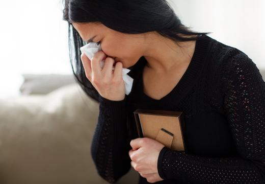 плачущая женщина с фото