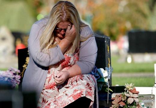плачущая женщина на кладбище