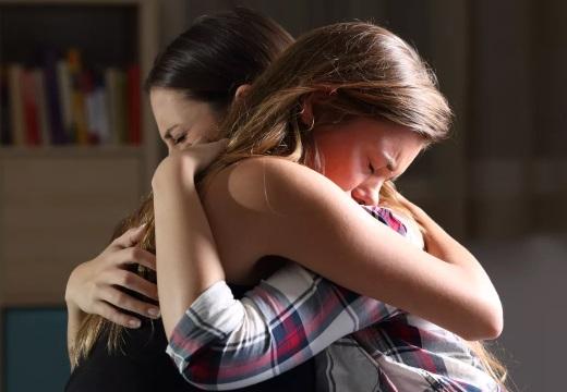 жалеть плачущую подругу