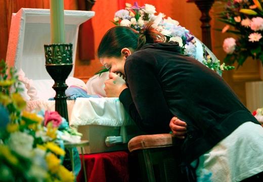 мать у гроба ребенка