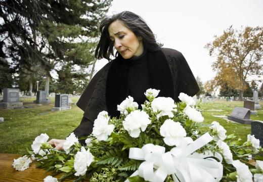 женщина у гроба