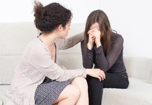 поддерживать плачущую подругу