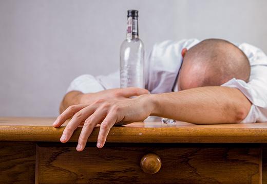 пьяный лысый мужчина