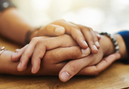 держать за руки