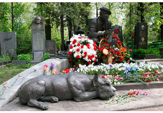 памятник на кладбище собака
