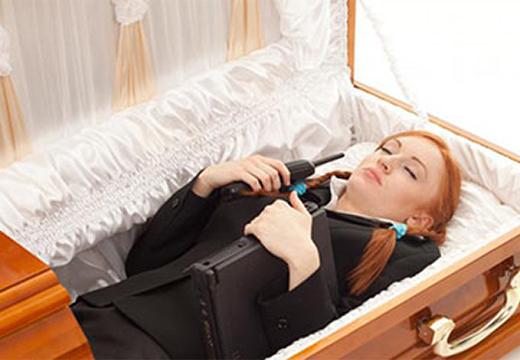 рыжая девушка в гробу