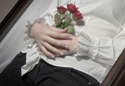 Как положить руки покойнику
