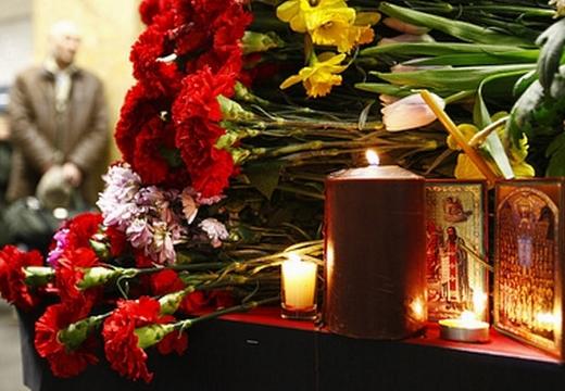 цветы и свеча и икона