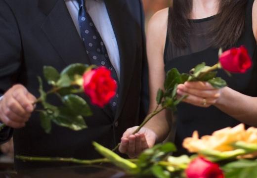 класть цветы на гроб
