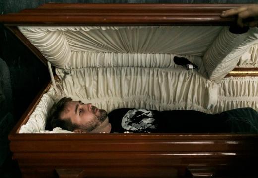 живой мужчина в гробу