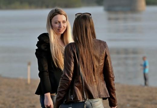 девушки разговаривают