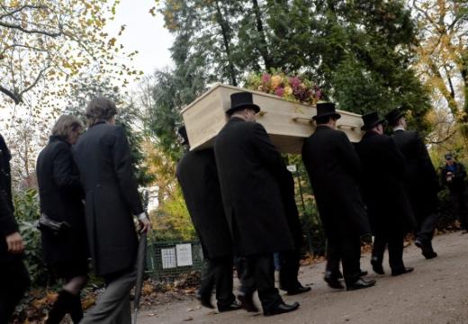 несут деревянный гроб