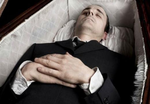 молодой мужчина в гробу