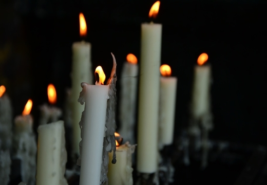 горящие белые свечи