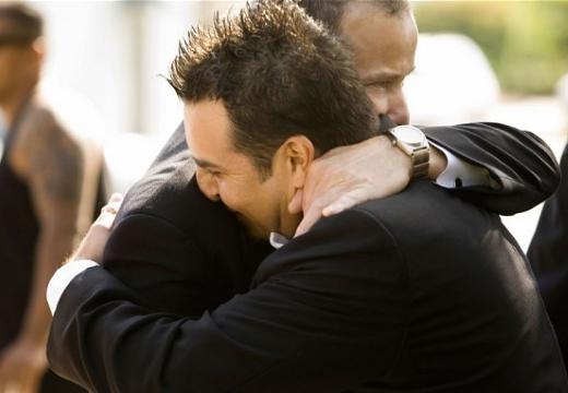 мужчины обнимаются