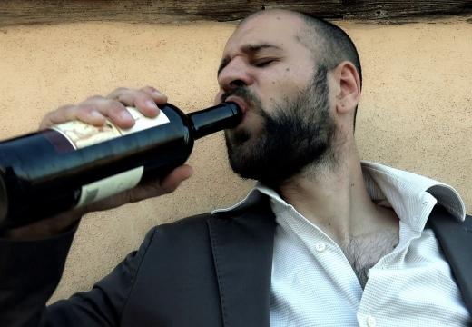 мужчина пьет вино