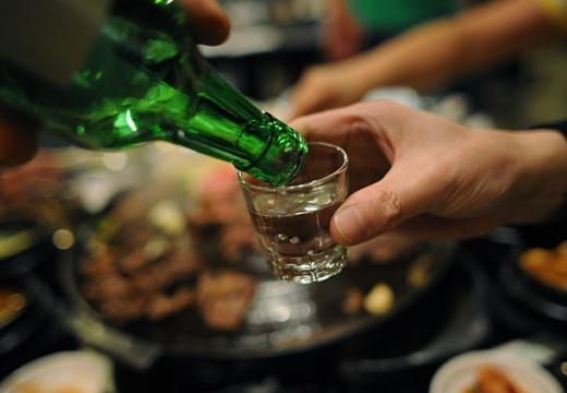 наливать алкоголь