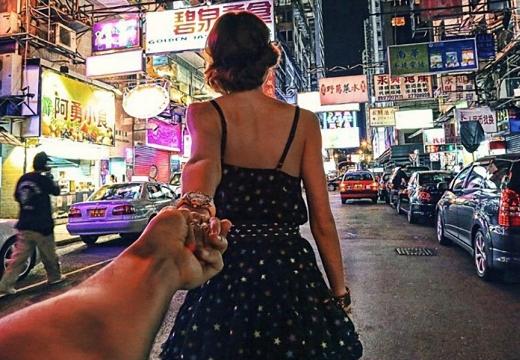 девушка тянет за руку