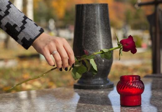 класть цветок на могилу