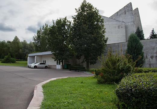 парковка перед кладбищем