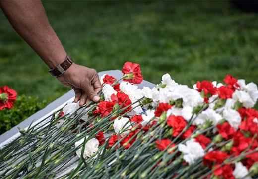 возложение цветов на гроб