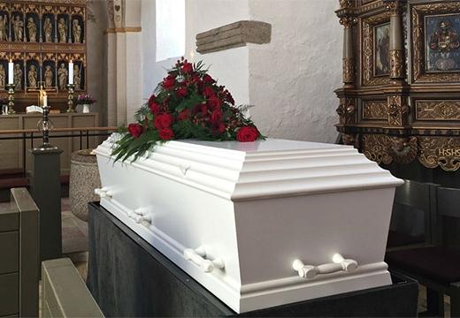 белый гроб с розами