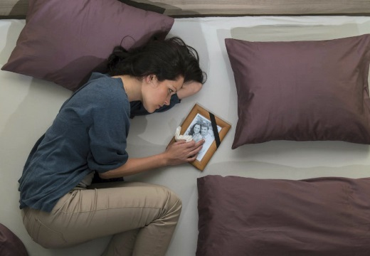 вдова на кровати