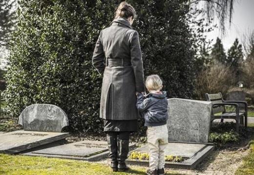 женщина ребенок кладбище