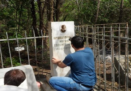 красить буквы на памятнике