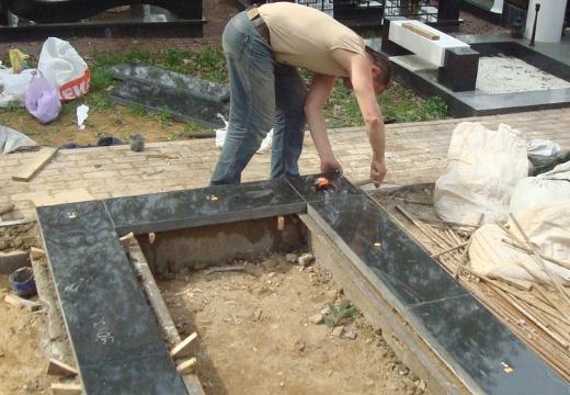 укладывать плитку вокруг могилы