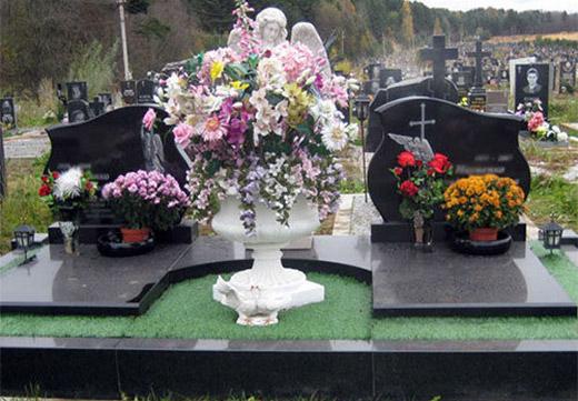 кладбище с вазами