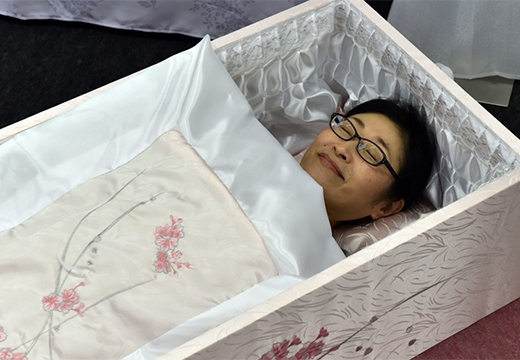 девушка улыбается в гробу
