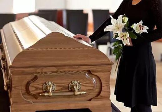 девушка у гроба с цветами
