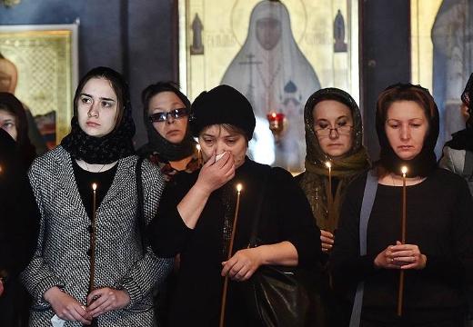 женщины в церкви траур