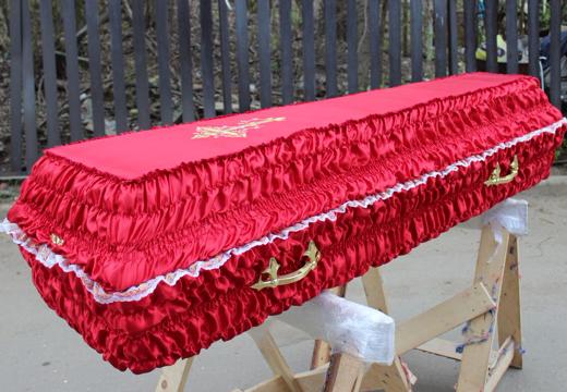 Гроб красного цвета